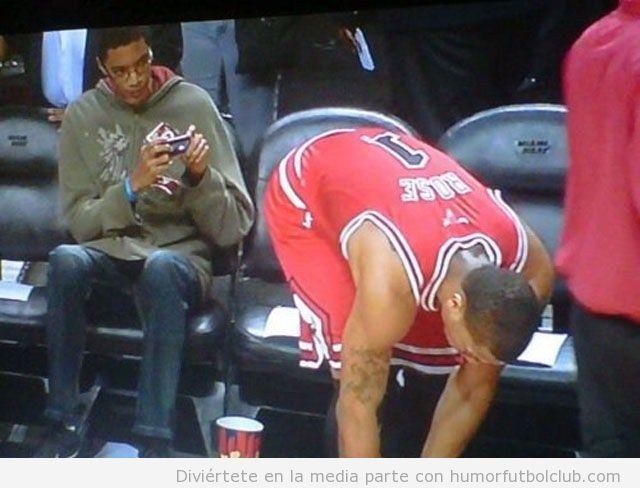 Chico hace foto culo del jugador de baloncesto Rose