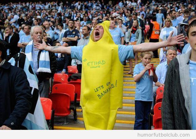 Hincha de fútbol en las gradas disfrazado de plátano o banana
