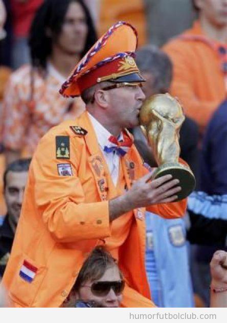 Hincha de selección holandesa de fútbol vestido de jefe estación naranja