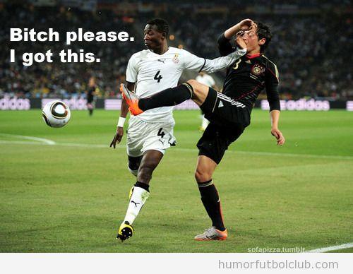 Futbolista le pone la mano en la cara a ozil