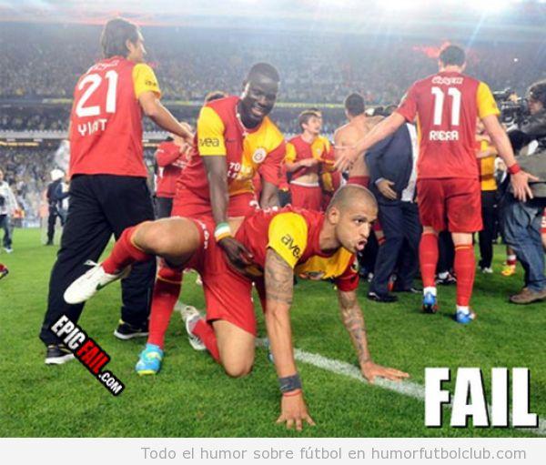 Celebración de un gol, un futbolistas a cuatro patas y otro detrás