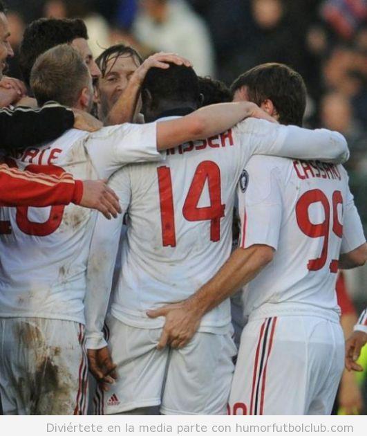 Celebración de un gol un futbolista toca el trasero a otro