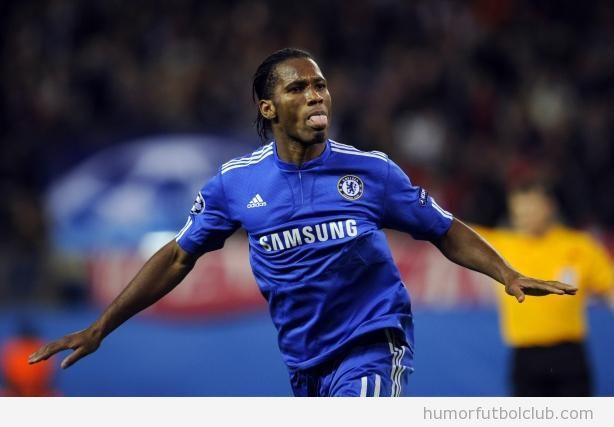 Drogba, jugador del chelsea, saca la lengua en la celebración de un gol en la final de la Champions 2012