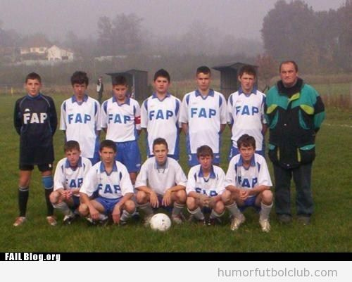 Foto de un equipo de fútbol base en las camisetas pone FAP