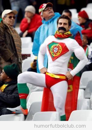 Fan o hinchada de la selección de Portugal de fútbol vestido como Superhéroe