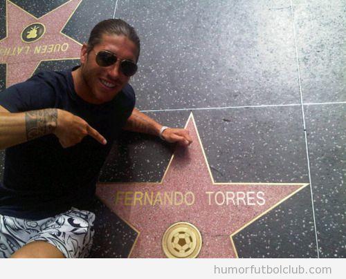 Sergio Ramos posa con la estrella en el paseo de la fama de Fernando Torres