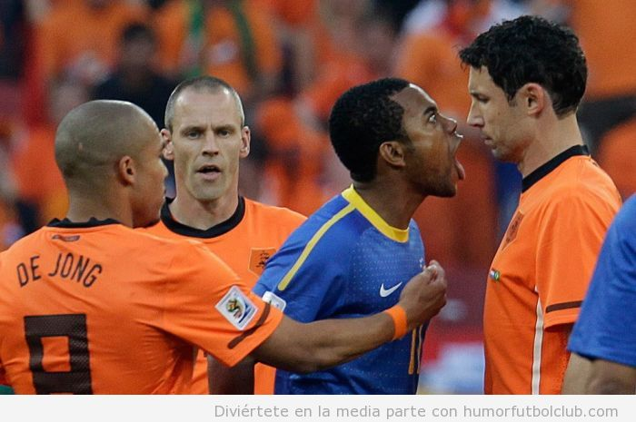 Foto graciosa de un futbolista gritando a otro