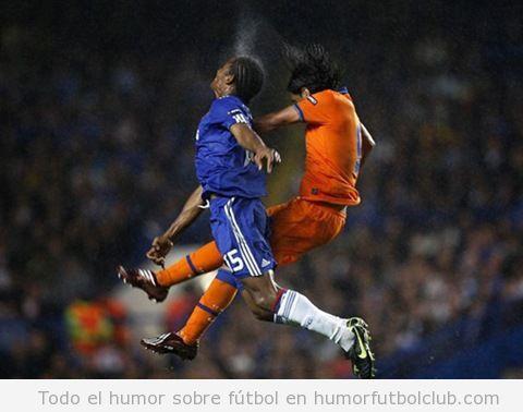 Foto curiosa de dos futbolistas disputándose el balón en el aire como Oliver Benji