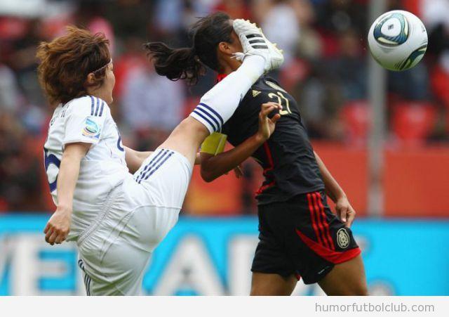 Fútbol Femenino jugadora asiática da una patada en la cabeza