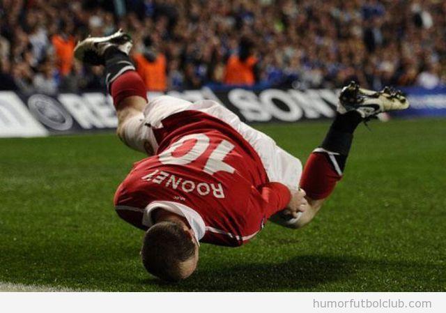 Jugador de fútbol con la cabeza en el suelo parece breakdance
