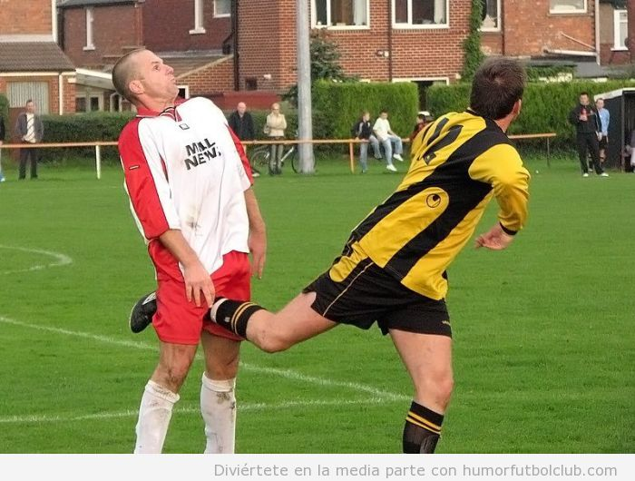 Futbolista con la pierna en la entrepierna de su rival