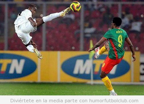 Futbolista da una patada al aire para chutar un balón