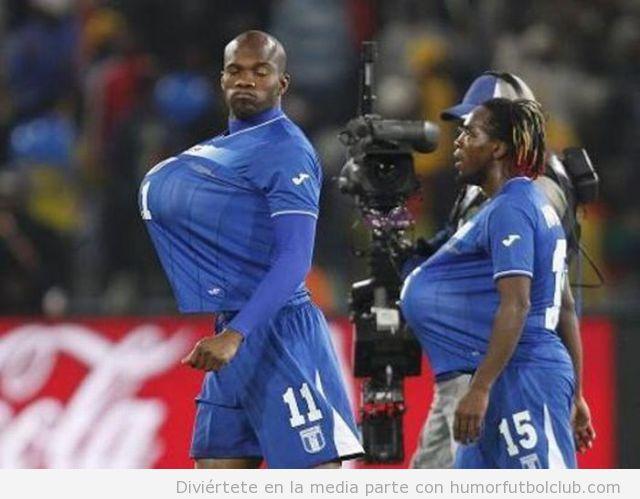 Jugadores de fútbol con el balón debajo de la camiseta como dos embarazados