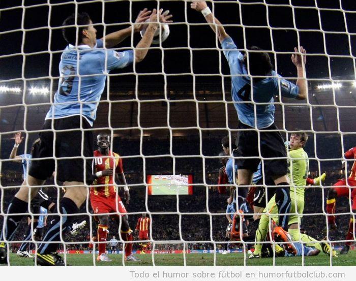 Futbolistas  convertidos en portero paran un gol con la mano