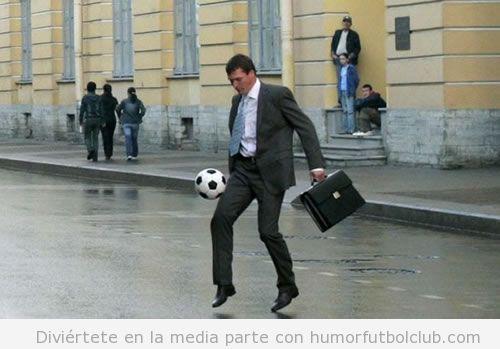 Hombre vestido de ejecutivo jugando en la calle