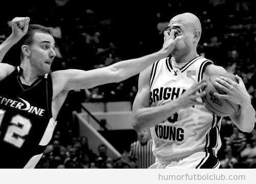 Un jugador de baloncesto mete los dedos en los ojos de otro jugador
