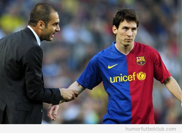 Imagen graciosa de Messi aguantando aburrido una charla de guardiola