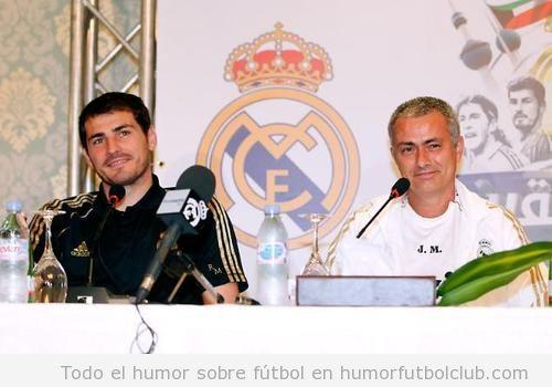 Iker Casillas y Mourinho se rien en una rueda de prensa