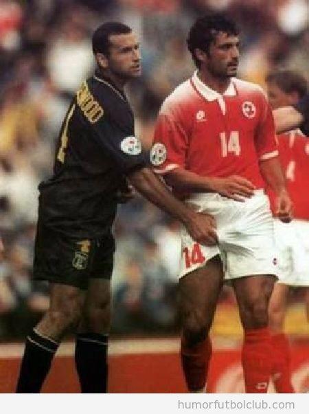 Jugador de fútbol tocando las partes íntimas a su rival