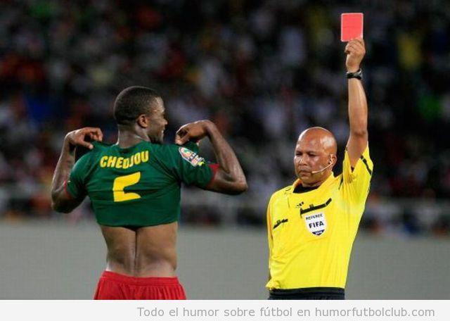 Árbitro saca tarjeta Roja y futbolista enseña el pecho