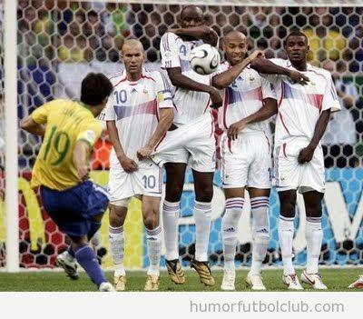 Zidane se asusta en la falta con barrera y agarra el pantalón de su compañero