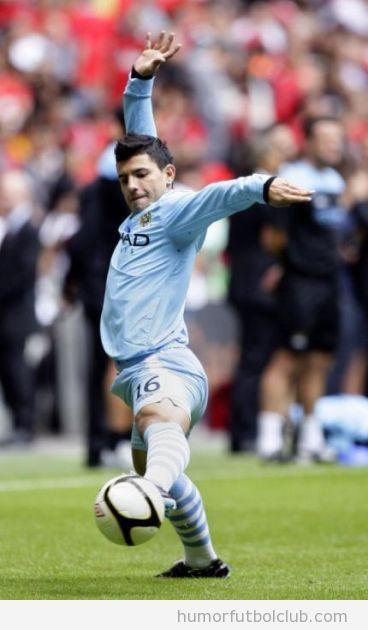 Futbolista se estira parece bailar ballet