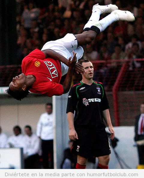 Jugador de fútbol Arsenal haciendo una pirueta en el aire