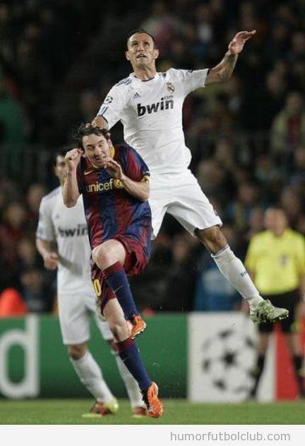 Futbolista del Real Madrid pone mano encima a Messi en un salto