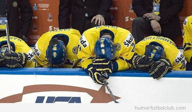 Tres jugadores de hockey hielo con la cabeza baja decepcionados