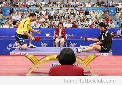 Jugar al ping pong sentado en la mesa