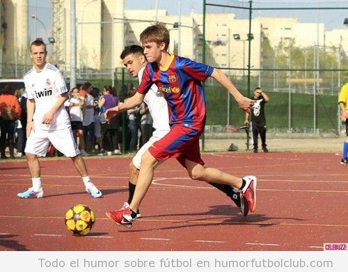 Justin Bieber jugando a fútbol con la camiseta del Barça