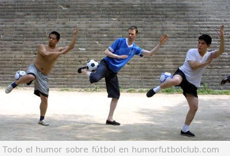 Tres futbolistas haciendo poses de kung fu