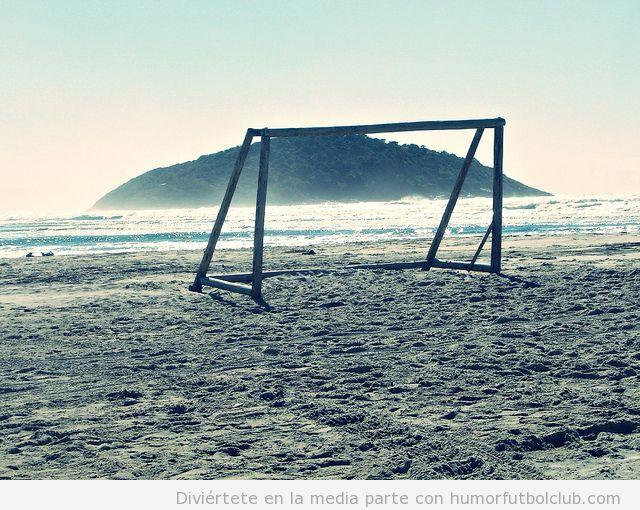 Portería de fútbol en un lugar paradisíaco de playa