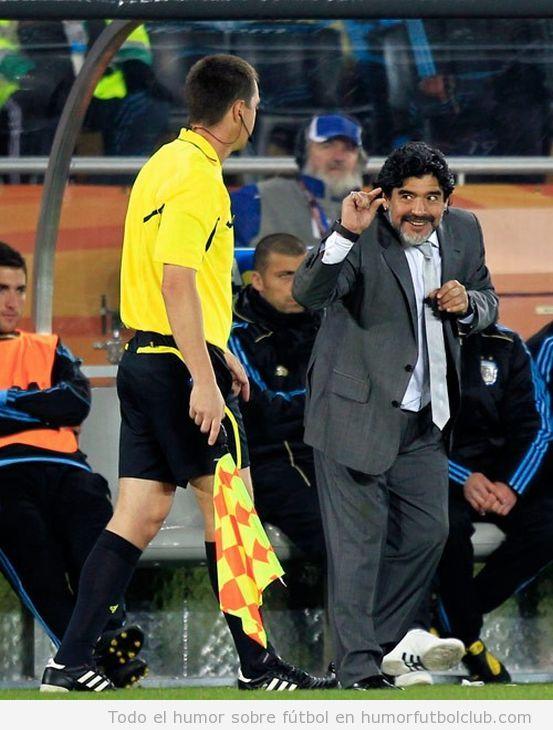 Maradona le dice al entrenador con gestos que la tiene pequeña