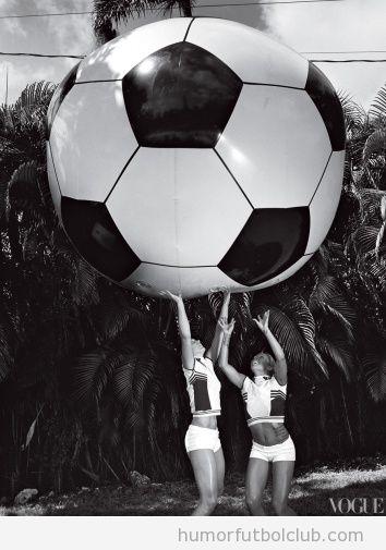 Modelos de la revista Vogue con un balón de fútbol Gigante