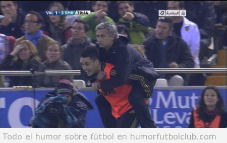 Callejon sube a caballito a Mourinho