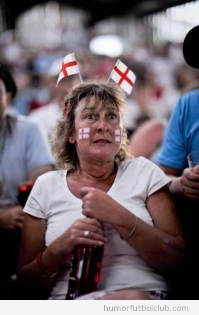 Aficionada o hincha de la Selección de Inglaterra con botella de cerveza