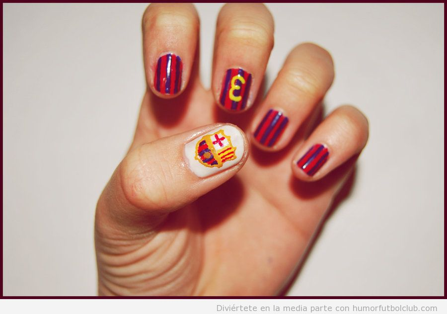 Uñas pintadas con los colores y el escudo del Barça y número 3 de Piqué