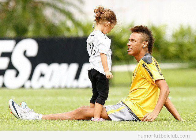 Niña mira al futbolista Neymar un poco extrañada