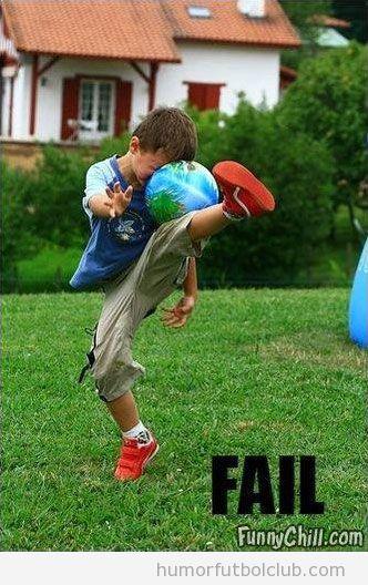 Niño intenta controlar un balón y hace un fail
