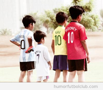 Niños pequeños con camiseta de Messi, Ronaldo, Kaka, Rooney