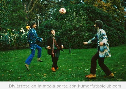 Foto antigua de The Beatles jugando al fútbol en el césped de un parque