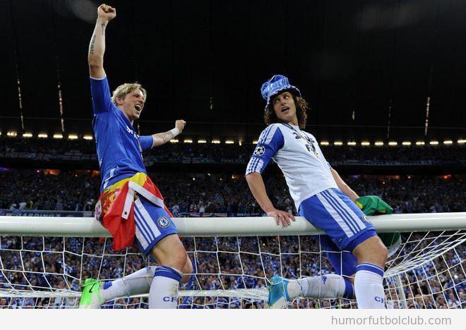Fernando Torres y David Luiz celebran a victoria en la final de la Champions 2012