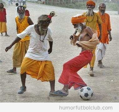 Tribu jugando al fútbol