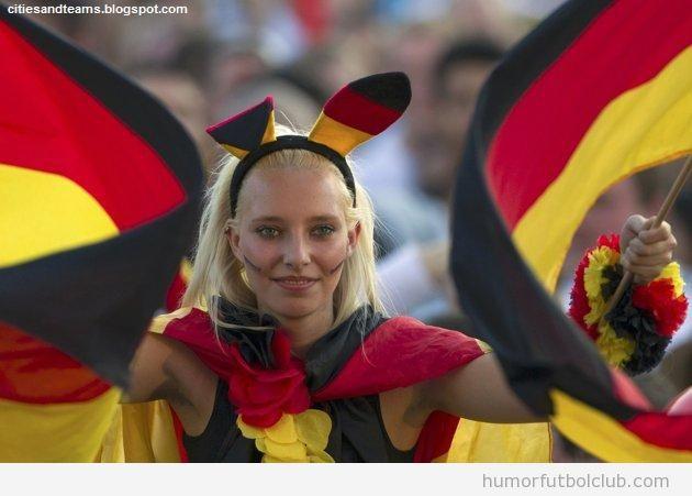 Aficionada alemana guapa con orejas de conejita y banderas de Alemania en la Eurocopa 2012