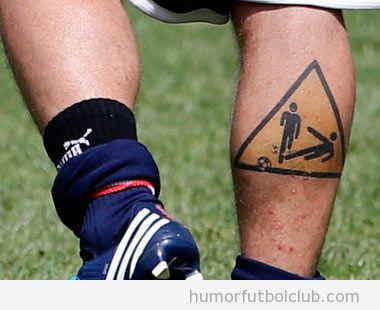 Tatuaje del jugador selección italiana Daniele De Rossi precaución patadas