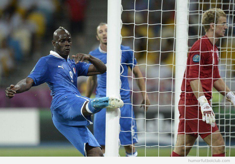 Balotelli da una patada en un poste tras fallar un gol en Italia Inglaterra Eurocopa 2012