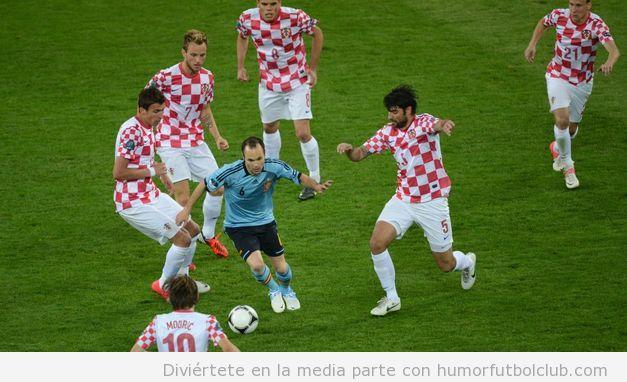 Andrés Iniesta rodeado de 5 jugadores de Croacia en Eurocopa 2012 como Oliver Atom