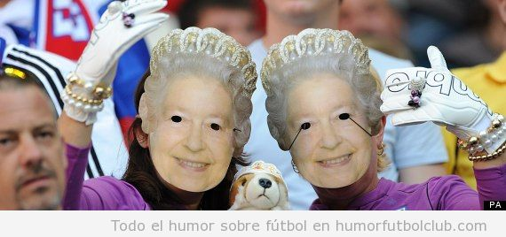 Aficionados de la selección inglesa de futbol con una careta de la Reina isab< el II
