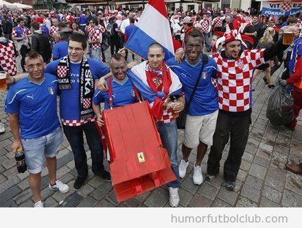 Aficionado de Italia con un ferrari junto con aficionados de Croacia en la Eurocopa 2012